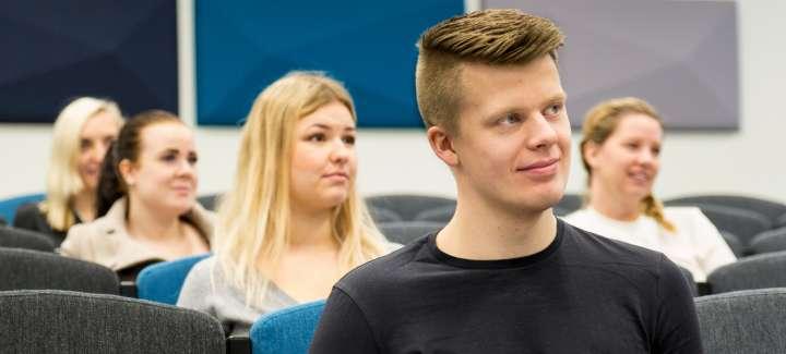Publik i auditoriet på Högskolan Norra
